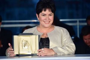 Jaclyn Jose montre son prix d'interprétation au Festival de Cannes 2016