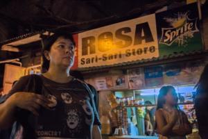 Ma' Rosa ( Jaclyn Jose ) dans la rue davant sa boutique