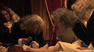 les médecins se penchent sur la jambe gangrénée du Monarque ...