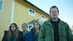 Le propriétaire de l'hôtel ( Anders Baasmo christansen à et sa famille scrutent l'arrivée des réfugiés ...