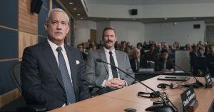 Au Procès , Sully ( Tom Hanks ) et Jeff ( Aaron Eckart ) son co-pilote font face ..;
