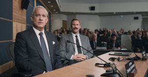 Au Procès , Sully ( Tom Hanks ) et Jeff ( Aaron Eckart ) son co-pilote font face ..;