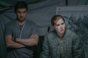 Les deux savants convoqués : Ian ( Jérémy Renner ) et Louise ( Amy Adams )