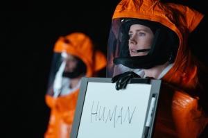 louise ( Amy Aams ) se présente aux Visiteurs inconnus
