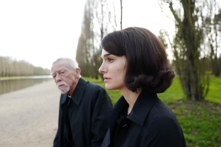 Javkie ( Natalie portman ) et au second plan , le prêtre ( John Hurt )