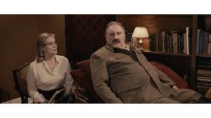 Lidia ( Emmanuelel Seigner ) et Staline Gérard depardieu ) , et le divan en question