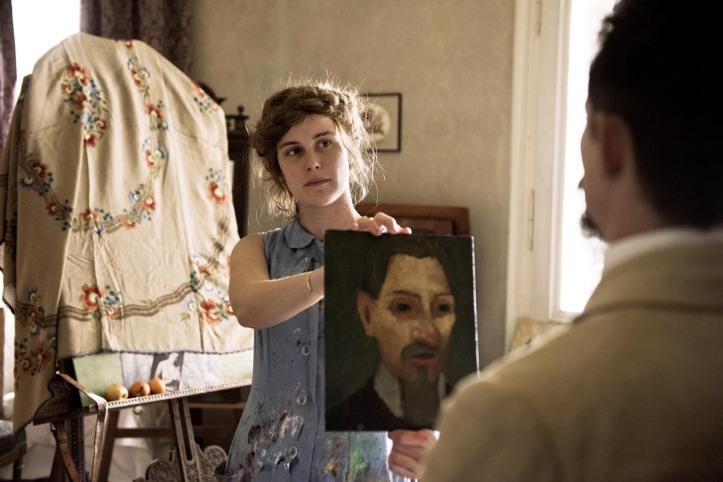 Paula ( Carla Juri ) montrant son portrait à Rainer Maria Rilke ( Joele Basman ( de dos) -Photo: Martin Valentin Menke