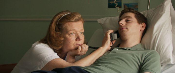 Ben ( Pablo Pauly ) avec l'infirmière prévenante ( Anne Benoit )