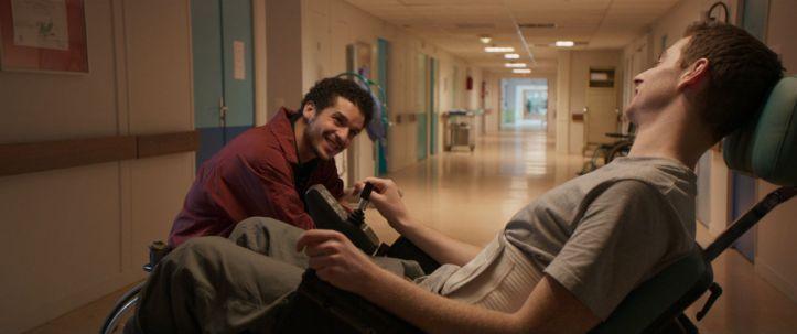 Ben ( Pablo Pauly ) et Farid ( Soufiane Guerrab ) dans les couloirs du centre